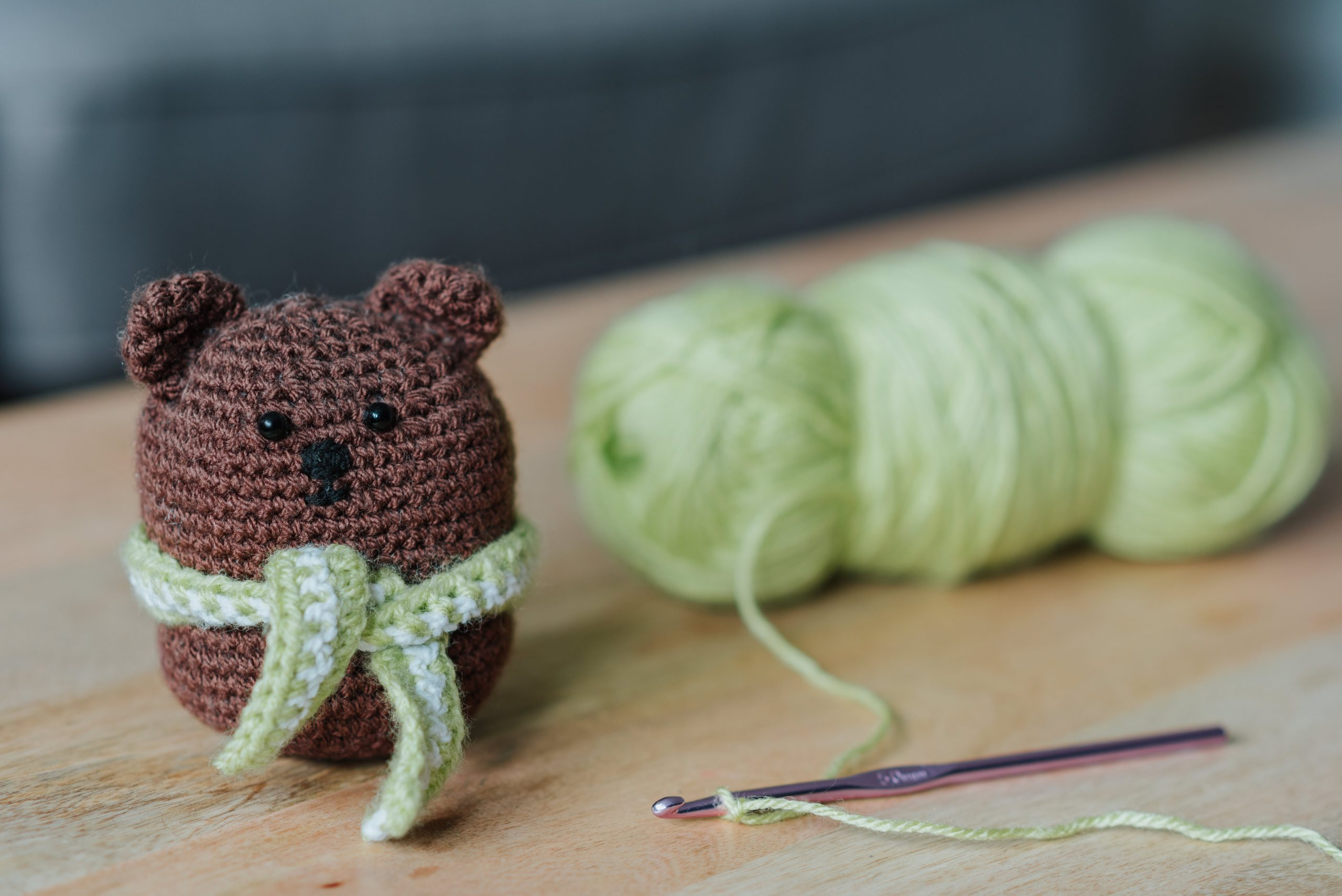 peluche ours et fils à tricoter